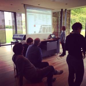 Julia Jochem zeigt die neue Website des ZKM