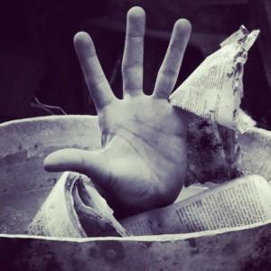 Werkbetrachtung: Em'Kal Eyongakpa, Bleed for the read (2009), series of 5 digital photographs