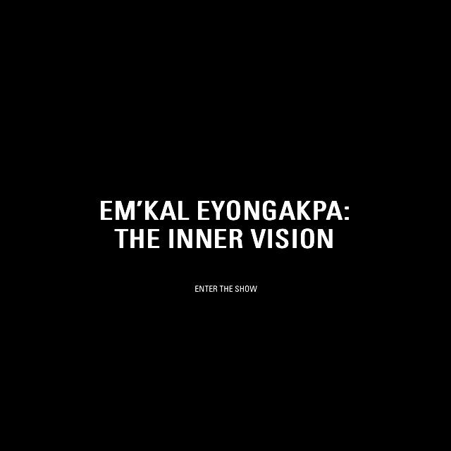 """Eingang"" der Ausstellung Em'Kal Eyongakpa – The Inner Vision"