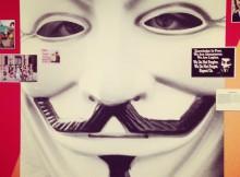 """Anonymous in der Ausstellung """"Böse Clowns"""" im HMKV"""